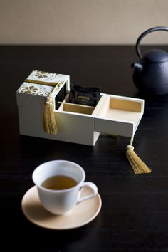 """BITOWA"" Teabag Container was made with ""Aizu-Nuri"" which is a traditional Urushi craft having over 400 years history."