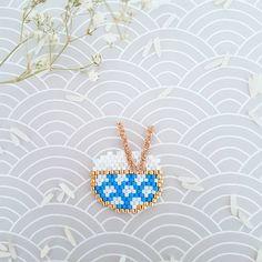 Je vous sers Henri ???  ... Participation au défi @perlesandco @teaforyoubijoux @petit_bout_de_chou_hk #miyukivoyageenasie . #jenfiledesperlesetjassume #miyuki #perlesandco #perleaddict #diy #tissagedeperles #beads #motifliliazalee #lili_azalee #tissage #perles #riz #bolderiz #asie #japon Bead Embroidery Patterns, Peyote Patterns, Beaded Embroidery, Beading Patterns, Brick Stitch Earrings, Seed Bead Earrings, Beaded Brooch, Beaded Jewelry, Miyuki Beads