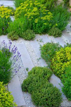 Beautiful Gravel Garden Design Ideas To Make Your Home More Awesome 33 Garden Privacy, Sloped Garden, Gravel Garden, Gravel Path, Garden Beds, Small Gardens, Outdoor Gardens, Design Jardin, Modern Garden Design