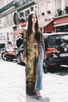 Tem que ter, tem que usar: kimonos e robes. Tendência de street style na semana de alta-costura em Paris.