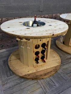 Carretel de madeira transformado em mesa