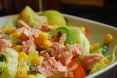 ton_balikli_diyet_salata:1 küçük paket diyet ton balığı 1 adet göbek marul 1 adet küçük domates 1 adet küçük salatalık 2 yemek kaşığı haşlanmış mısır (dukan diyeti yapıyorsanız atak ve seyir evresinde kesinlikle yok) 1 yemek kaşığı capari-isteğe göre varsa farklı mevsim yeşillikleri 2 tatlı kaşığı zeytinyağı yarım limon tuz
