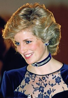 Of all the beautiful jewels in her possession, sapphires are the ones which will always be associated with Diana not least because of her stunning engagement ring. Princess Diana Jewelry, Princess Diana Hair, Princess Diana Fashion, Princess Diana Photos, Princess Of Wales, Lady Diana, Modern Princess, Short Hair With Layers, Diana Spencer