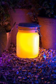 Lámpara solar Sun Jar de Suck UK, con una placa solar, batería recargable y luces LED en su interior. De día almacena los rayos del sol para que los puedas utilizar por la noche.