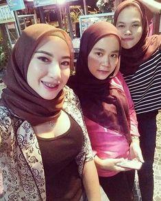 Image may contain: one or more people and closeup Arab Girls Hijab, Muslim Girls, Hijabi Girl, Girl Hijab, Hijab Stile, Hijab Fashionista, Muslim Beauty, Hijab Chic, Sexy Blouse