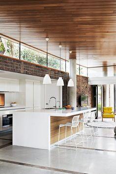 """Tal como na maneira de escrever, também na decoração o casal diverge. Eu gosto de espaços minimalistas, brancos e modernos. Já Ele é """"prático e tradicional"""". Na cozinha, por exemplo, gosta de ter tudo à mão, já eu prefiro ter tudo no seu devido lugar, lon..."""