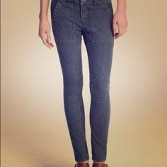 Free people skinny jeans Blue and white pin stripe skinny jeans. These have a bit of stretch to them. Size 25. This is a unique item that would add to any closet. In great shape. Free People Pants Skinny