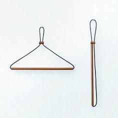 株式会社Y オリジナル商品 Y002 <レザーレースハンガー> 木と革ひもをつないだだけのとてもシンプルな構成。 革ひもを通した小さな木のパーツを移動させる事で、使用していない時の姿もコンパクトに、美しく。 重力の働きによってシャツの襟などの微妙な角度にも寄り添い、衣服の形を美しく魅せます。 衣服や空間のテイストにあわせられるように、3種類の木をラインナップしました。 材質 :木、革 生産国:日本 サイズ:幅41cm 高さ28cm(ハンガー使用時) 納期 :ご入金確認後、約1週間頂いております。 その他:ギフト包装には対応しておりません。 【注意事項】 本革を使用しておりますので、濡れた、もしくは湿気を帯びた衣服をかけた場合や、湿気の多い場所で使用された場合、衣服に革の染料が移る場合がございます。 あらかじめご了承くださいませ。