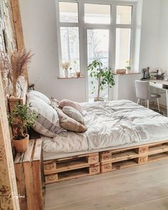 50 Adorable Pallet Bed Ideas You Will Love - Crafome Room Ideas Bedroom, Home Decor Bedroom, Long Bedroom Ideas, Boho Teen Bedroom, Cosy Bedroom, Bedroom Inspo, Bedroom Designs, Diy Pallet Bed, Wooden Pallet Beds