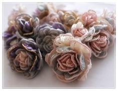 2月になりました。まだまだ寒いですけど、なんとなく明るい気分になってきます。不思議ですね(笑)薔薇のお花だけですけど、編み終わりました。ピンクの薔薇だけで...