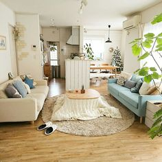A natural and Japanese taste to the living room, with light colours and wood.