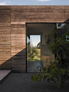 Courtyard House VIC Design Practice Studio Moore - mix of different widths of timber. Australian Interior Design, Interior Design Awards, Timber Architecture, Architecture Details, Exterior Wall Materials, Bungalow Extensions, External Cladding, Timber Cladding, Courtyard House