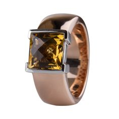 Sortija en oro rosado y blanco de 18 kilates con cuarzo miel y diamante. 18K Rose gold ring with honey quartz and diamonds.