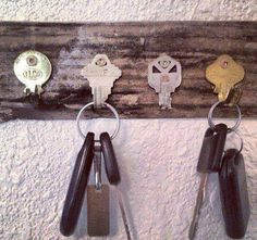 DIY Key Holder Using Old Keys. Here is another opinion regarding DIY key holders. Get old and unwanted keys bent and secured them on a rectangle piece of wood. A functional and cheap key holder is here for you. Old Key Crafts, Recycled Crafts, Diy Crafts, Diy Projects To Try, Wood Projects, Craft Projects, Craft Ideas, Diy Ideas, Diys