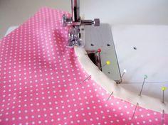 Coser cinta al bies en una curva. Sewing Tools, Sewing Hacks, Sewing Tutorials, Sewing Crafts, Sewing Projects, Craft Tutorials, Tutorial Sewing, Sewing Ideas, How To Make Clothes