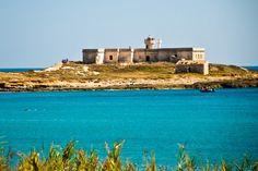 L'Isola delle Correnti, di fronte alla spiaggia di Capo Passero. Con la bassa marea la si raggiunge a piedi.