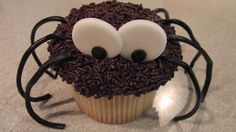 Cupcake araña con video explicativo....patas de rueda de regaliz negro!