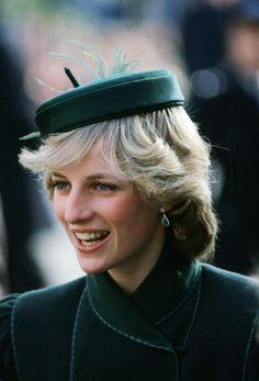 En el Royal Albert Hall, Lady Di acudió a un concierto. Su elección, un casquete con forma de cáscara de avellana en un color verde oscuro que quedaba estupendo con el color de su melena.