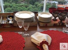 Caixa para serviço americano Revestida em tecido impermeável, você usa a caixa e a tampa para organizar pratos, taças e talheres em sua mesa. contatocoisasetal@hotmail.com