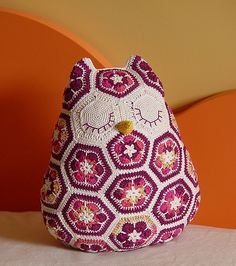 African flowers owl pillow. Als far as I van see: it takes 26 hexagons and 4 pentagons to make, correct me if I'm wrong..