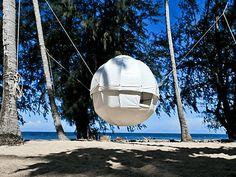 これこそ空中キャンプ、空に浮かぶ白い繭型ハンモックテント「Cocoon Tree」 | BUZZAP!(バザップ!)