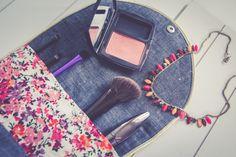 Aujourd'hui, je vous propose de réaliser ensemble la trousse de maquillage ADA : une grande trousse fleurie composée d'un rabat pour ranger vos pinceaux et accessoires. Elle peut s'utiliser de deux manières différentes : ouverte avec le rabat ...