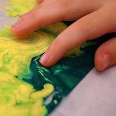 schilderen met verf en babyolie in een plastiek zakje