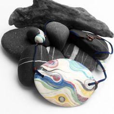 Collana galadh in ceramica fatta a mano e cordoncino in pelle