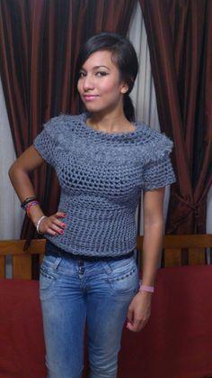 blusa gris, tejida con los dedos