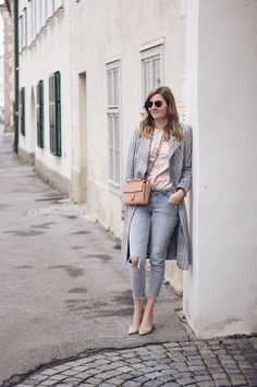 Streetstyle Herbst Outfit mit Trenchcoat, Mantel, Zara Jeans und Sling Pumps