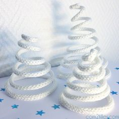 Une idée déco originale pour les fêtes de fin d'année ! Des sapins de noël réalisés en tricotin ! Vous avez envie d'en faire vous aussi, voici le tuto ! Winter Christmas, Christmas Makes, Christmas Is Coming, Noel Christmas, Christmas Crafts, White Trees, Decoration Noel, Christmas Decorations, Spool Knitting