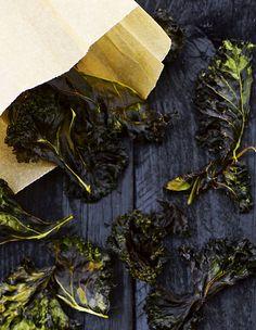 Lehtikaalisipsit maistuvat taivaallisilta sellaisenaan tai lisää niitä antamaan rapeaa suutuntumaa paistetun kalan tai ruokaisan salaatin päälle....