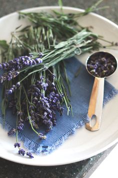 ♡lavanda - After picking up a small bundle of fresh lavender at the market […] Fun Drinks, Yummy Drinks, Yummy Food, Beverages, Food N, Food And Drink, Lavender Syrup, Lavender Fields, Lavender Cottage