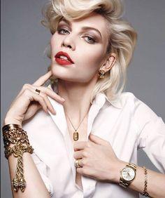 O brățară este un accesoriu plin de farmec și rafinament, care pune în valoare mâna și încheietura grațioasă a oricărei femei. Dintre nenumaratele moduri de a le purta, am ales să exemplificăm câteva, potrivite pentru stilul feminin elegant și mereu la modă.  Am pregătit un nou articol pe această temă, pe care sperăm să îl citești cu plăcere. Îl găsești aici: http://www.iosabijuterii.ro/cum-purtam-bratarile/