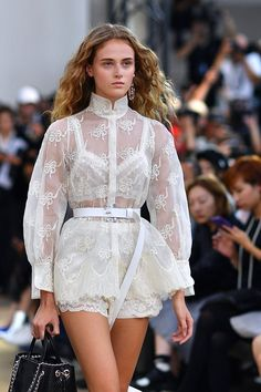 East meets West with Shiatzy Chen - Paris Fashion Week SS 2018 - What is better for the summer then white lace? # vogue Fashion East meets West with Shiatzy Chen – Paris Fashion Week SS 2018 Fashion Week Paris, Runway Fashion, Spring Fashion, Winter Fashion, Summer Fashion Trends, Look Fashion, Trendy Fashion, Fashion Show, Womens Fashion
