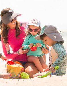 Brinque na praia com seus filhos protegida com esta linda viseira com filtro solar da UV Line. E aproveite para completar o  look com uma camiseta com proteção solar! Clique no link e conheça esta e outras viseiras vendidas na SunMarket!