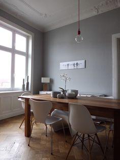 Bild des Esszimmers - alles in weiss, grau und Holz gehalten