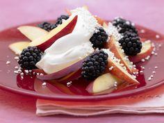 Tag 1 Vormittagssnack: Brombeer-Nektarinen-Salat - mit Quark - smarter - Kalorien: 88 Kcal - Zeit: 10 Min. | eatsmarter.de
