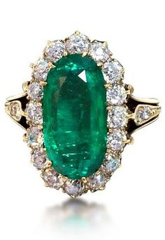 AN ANTIQUE 4.34 CARATS EMERALD AND DIAMOND CLUSTER RING