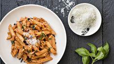 Tomaattinen kanapasta on koko perheen edullinen, nopea ja helppo arkiruoka. Tuorejuusto tekee kastikkeesta kermaisen pehmeän. Tämä resepti n. 2,05€/annos*. Pasta Salad, Thai Red Curry, Carrots, Good Food, Food And Drink, Cooking Recipes, Menu, Baking, Vegetables