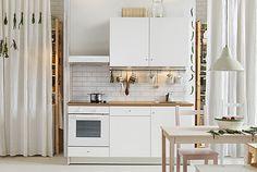 Kuchyňské výrobky KNOXHULT jsou jako stavební kostky, s jejichž pomocí si postavíte novou kuchyni. V našem případě jsme zkombinoívali skříňky a příborníky s dvířky a pracovními deskami... takže už vlastně máte skoro hotovo.