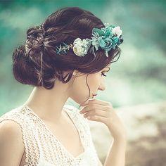 Para un look romántico el día de tu boda, apuesta por un recogido con volumen y una corona de flores. Royal Blue, Style Me, Hair Styles, Pretty, Fashion, Volume Updo, Beach Weddings, Crowns, Haircuts
