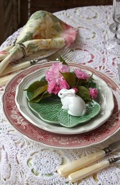 *pinner says.'How cute is this for an Easter table setting From: Ana Rosa, please visit' Easter Table Settings, Easter Parade, Easter Celebration, Easter Dinner, Deco Table, Happy Easter, Pretty In Pink, Tablescapes, Easter Eggs