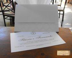 Convite Avório Pérola Convite de casamento clássico retangular com aba reta. Envelope em papel Aspen 250gr com imrpessão silk-screen branco epoxi. Aplicação de monograma em relevo seco na aba do envelope. Convite em papel Aspen 250gr, impressão silk-screen prata epoxi e almofada.