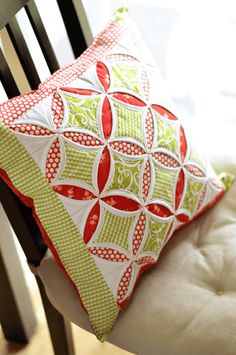 Cathedral Windows pillow by April Rosenthal. Based on the tutorial by Angela Nash at Moda Bakeshop. Patchwork Cushion, Quilted Pillow, Patchwork Quilting, Quilting Tips, Quilting Tutorials, Quilting Projects, Quilting Designs, Sewing Projects, Machine Quilting