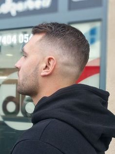 Short Mohawk is a styling option for men with scanty hair growth that wish to enjoy a wonderful hair style! Popular Haircuts, Cool Haircuts, Haircuts For Men, Men Haircut Short, Military Haircut For Men, Mens Fade Haircut, High Fade Haircut, Men's Haircuts, Mens Hairstyles Fade