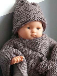 Poncho / cape tricot bébé tout simple a réaliser - Preemie Clothes, Knitting Dolls Clothes, Knitted Dolls, Doll Clothes, Crochet Blanket Edging, Crochet Poncho, Crochet Baby, Kids Patterns, Doll Patterns