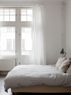 4 Refreshing Clever Ideas: Minimalist Home Tips Book minimalist bedroom interior decor.Rustic Minimalist Home Natural industrial minimalist interior window. Minimalist Interior, Minimalist Bedroom, Minimalist Decor, Minimalist Living, Home Bedroom, Bedroom Decor, Bedrooms, Master Bedroom, Peaceful Bedroom