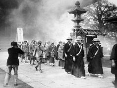 Monjes budistas del Gran Templo de Asakusa desfilan llevando máscaras de gas durante un entrenamiento para ataques aéreos, segunda guerra sino-japonesa, Tokio, 1936