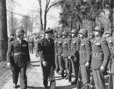 Supreme Commander of the Allied forces in Europe, General Dwight D. Eisenhower inspects the units of the Airborne Division. On the soldiers' chest, tags display the names of their home towns, for Eisenhower always asked the soldiers where they came from. Army Divisions, 101st Airborne Division, Band Of Brothers, Paratrooper, Before Us, Military History, Military Wife, Us Army, Armed Forces